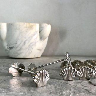 Série de porte-couteaux en métal argenté en forme de coquille