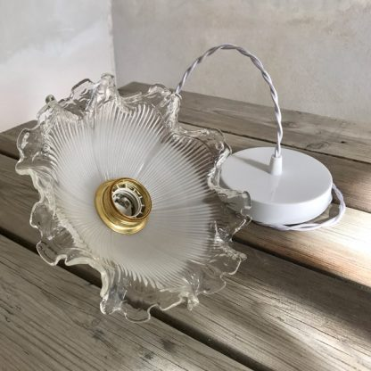 Luminaire : suspension en verre blanc et douille dorée en forme de fleur
