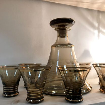 Service à liqueur vintage en verre fumé et doré, une carafe et 7 verres