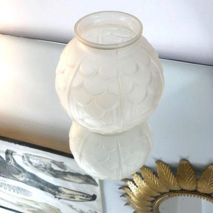 Vase boule Art Déco en verre dépoli