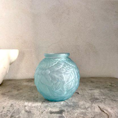 Vase boule Art Déco en verre dépoli bleu