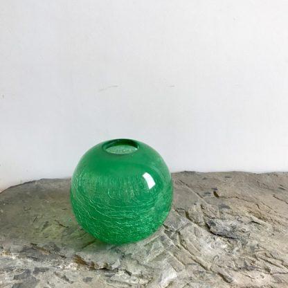 Vase boule en verre vert craquelé vintage