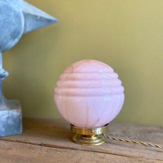 lampe-globe-rose-marbree-1